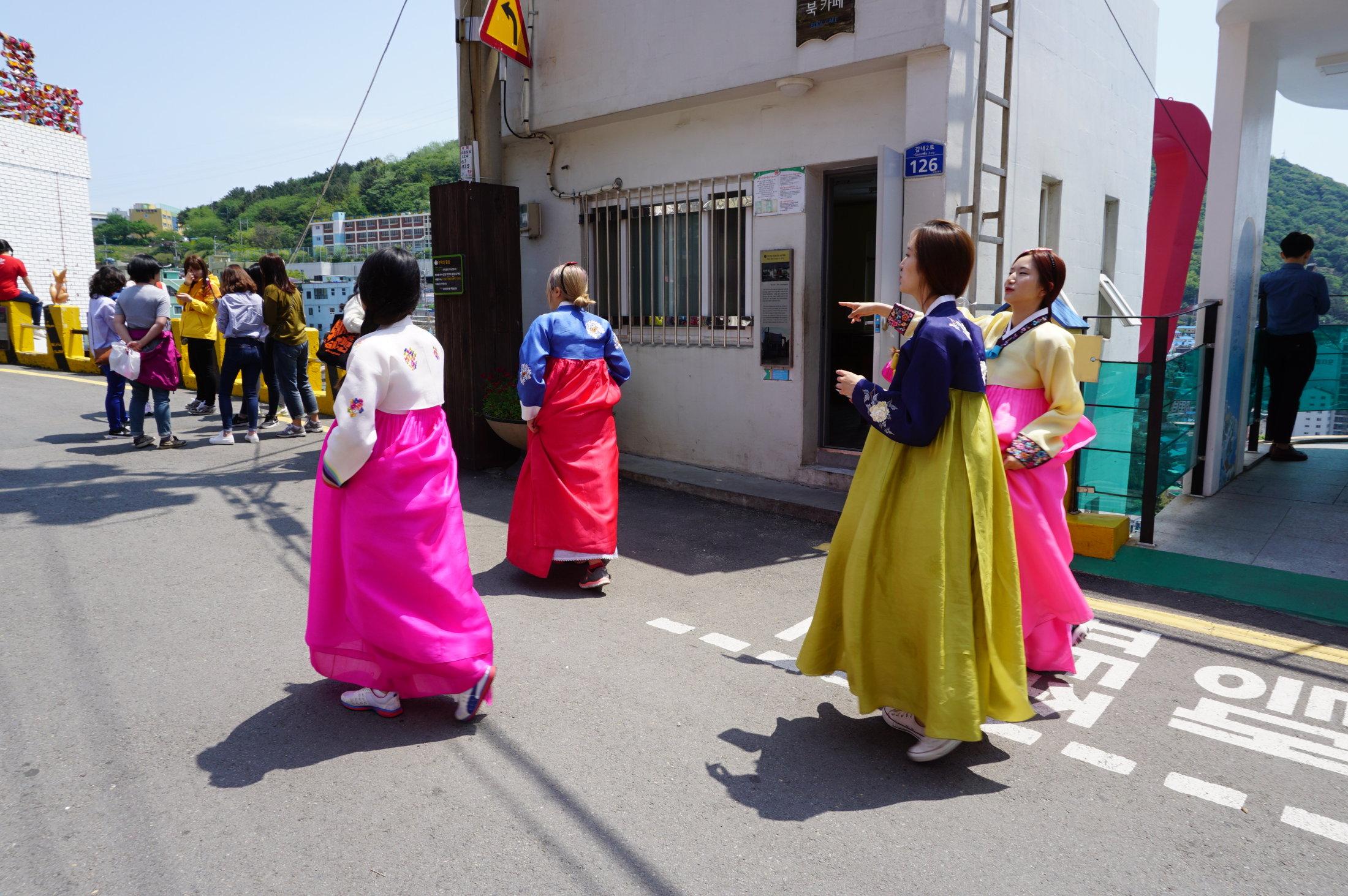 Miestne turistky v tradičných kórejských kostýmoch