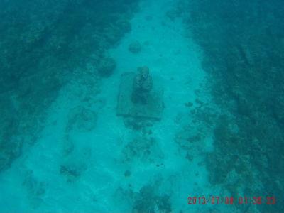 Podmorská socha modliaceho sa človeka