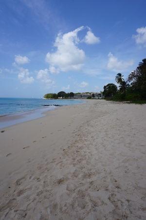 Biely piesok na pláži Paradise Beach na Barbadose
