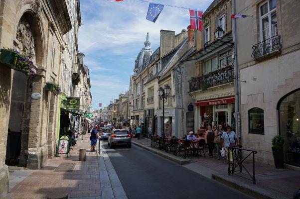 Ulica Rue Saint-Martin v Bayeux - hlavná ulica v centre s množstvom obchodov a reštaurácií