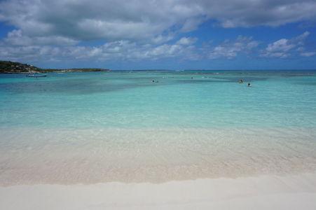 Záliv Long Bay na Antigue - more ako z pohľadnice