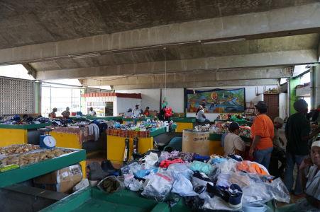 Tržnica v Roseau - okrem ovocia a zeleniny tu miestni nakupujú i oblečenie