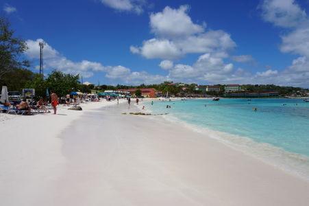Pláž v zálive Long Bay na Antigue - dokonale biely piesok