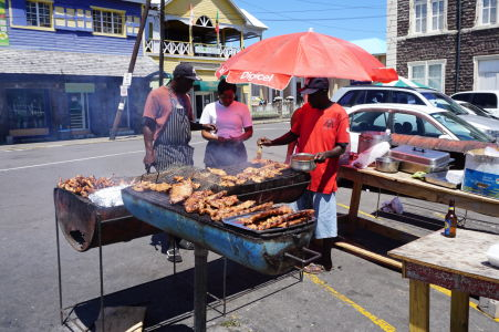 Barbecue (grill) na ulici v Basseterre