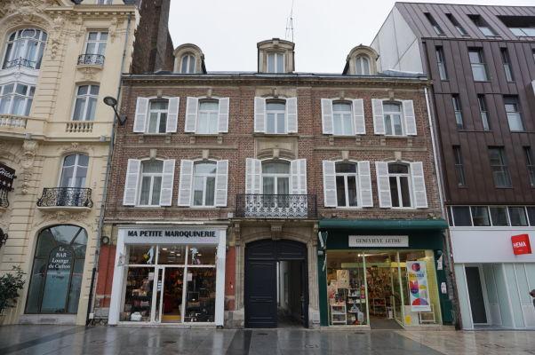 Ulica Rue de Noyon vedúca z hlavnej stanice do centra Amiens vám poskytne veľa príležitostí k prehliadke malebných budov