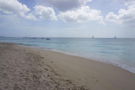Biely piesok a loďky na pláži Paradise Beach na Barbadose
