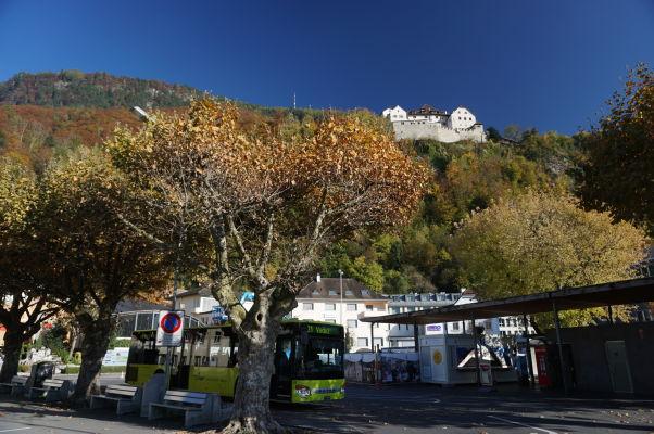 Hrad Vaduz - sídlo lichtenštajnskej kniežacej rodiny a autobusová zastávka v centre mesta