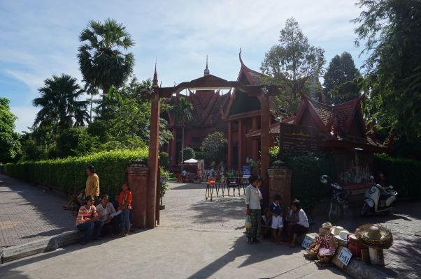 Vstupná brána do Národného múzea v Phnom Penhu - i toto je miesto, kde sa dajú turistom predať nejaké zbytočnosti