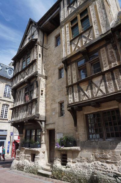 Dom s drevenou konštrukciou (Maison À Pans De Bois) na ulici Rue Des Cuisiniers v Bayeux - chránená pamiatka reprezentujúca architektúru typickú najmä pre mestá ako Troyes alebo Rouen