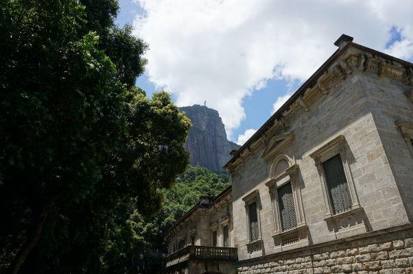 Pohľad z parku Parque Lage na horu Corcovado - v diaľke na vrchole vidieť sochu Krista Vykupiteľa, ku ktorej sa z parku dá vyšliapať pešo