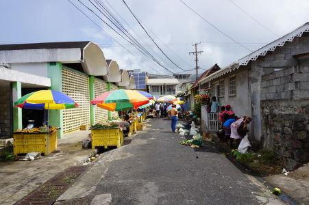 Tržnica v Roseau - väčšina ulíc tu funguje ako tržnica