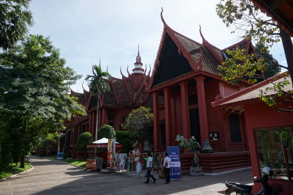 Národné múzeum v Phnom Penhu - budova z dôb francúzskej koloniálnej nadvlády je postavená v tradičnom kmérskom štýle