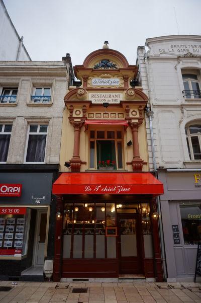 Ulica Rue de Noyon vedúca z hlavnej stanice do centra Amiens vám poskytne veľa príležitostí k prehliadke malebných budov - napríklad tejto čajovne