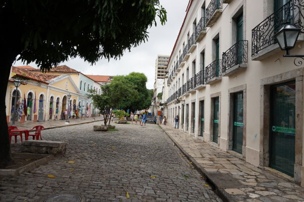 Ulica Rua de Estrela v historickom centre São Luís - Prechádza popred historickú tržnicu