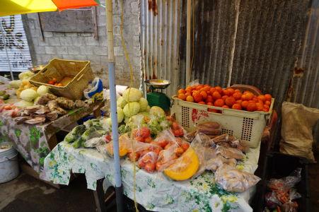 Tržnica v Roseau - miestni sem chodia nakupovať čerstvé ovocie a zeleninu