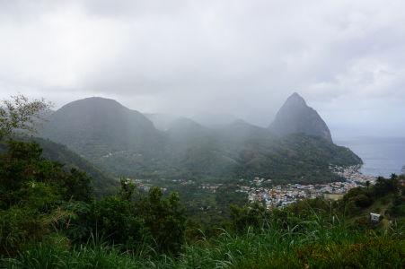 Petit Piton (Malý vrchol), jeden z vrcholov Pitons, symbolov Svätej Lucie a prírodnej pamiatky UNESCO, zahalený v oblakoch
