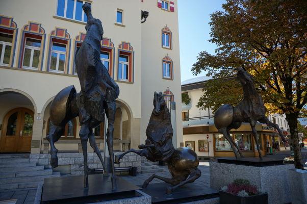 Skulptúra pred mestskou radnicou vo Vaduze
