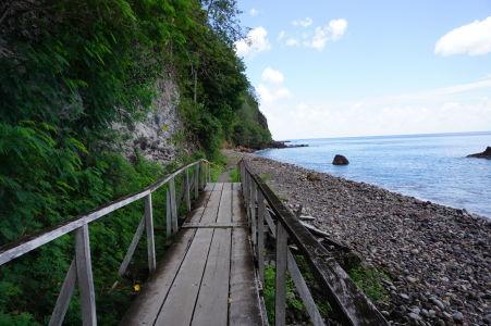 K pláži Champagne Beach vedie drevená cestička