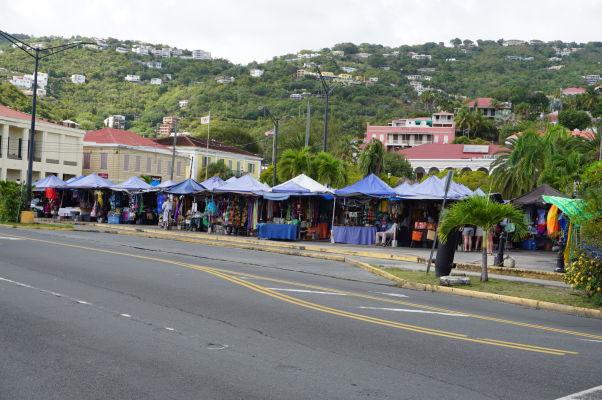 Tržnica na Vendor's Plaza pred pevnosťou Fort Christian v Charlotte Amalie na ostrove Svätý Tomáš
