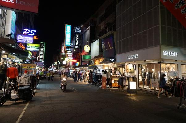 Obchodíky na nočnom trhu v Ťia-i (Chiayi)