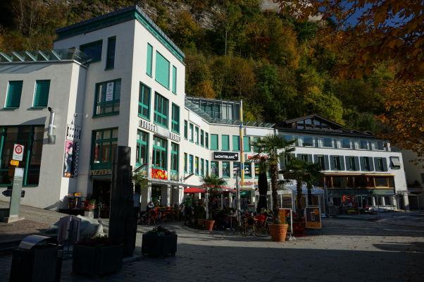 Ulica Städtle s luxusnými obchodmi a reštauráciami vo Vaduze