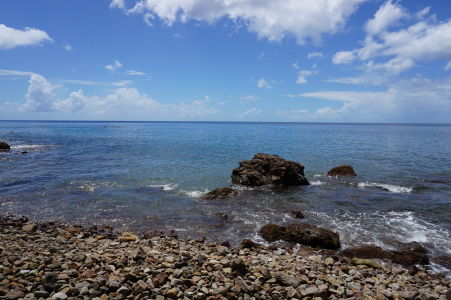 Kamenistá pláž Champagne Beach - Bóje označujú miesta vhodné pre šnorchlovanie