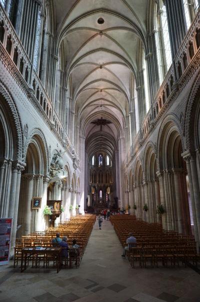 Katedrála Matky Božej v Bayeux - vysoká hlavná loď s typicky gotickou priečnou klenbou, ale i normansko-románskymi oblúkmi a dekoráciami po bokoch