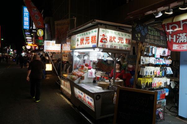 Pouličné stánky s jedlom na nočnom trhu v Ťia-i (Chiayi)