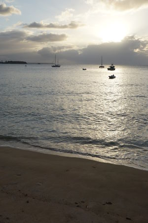 Pláž v zálive Mount Irvine Bay pri západe Slnka