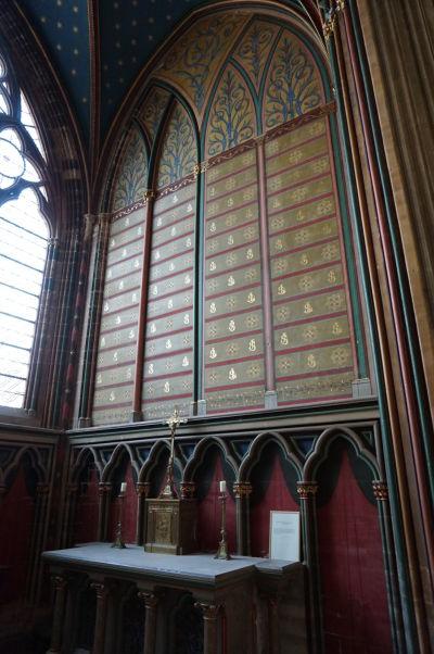 Katedrála Matky Božej v Bayeux - jeden zo zdobených bočných oltárov