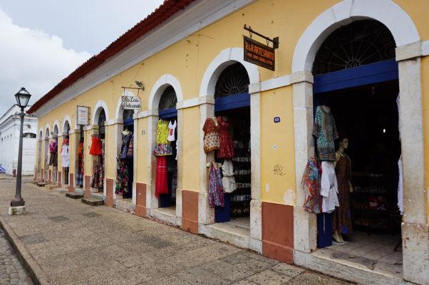 Obchody s rôznymi lokálnymi výrobkami na ulici Rua Portugal v São Luís