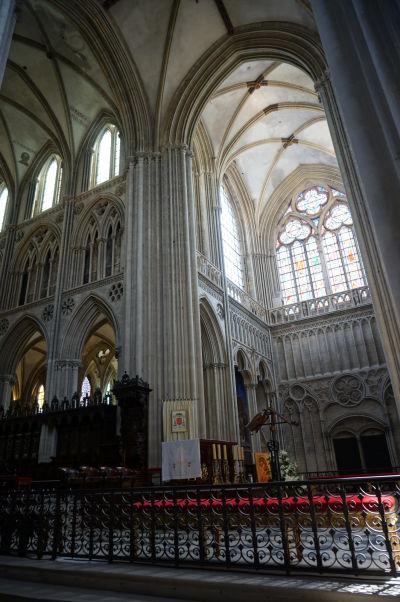 Kríženie hlavnej a krížovej lode v Katedrále Matky Božej v Bayeux dáva ešte viac vyniknúť jej gotickej kráse