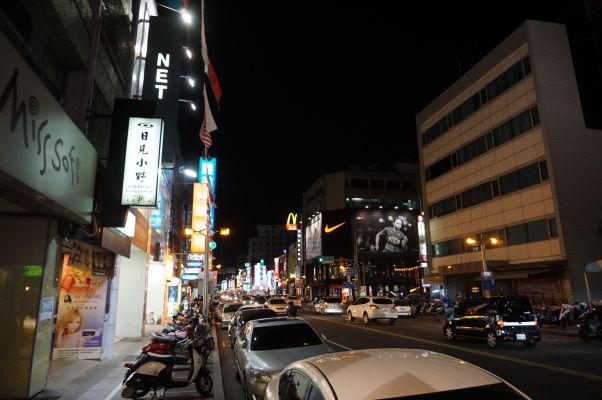 Na nočnom trhu v Ťia-i (Chiayi) sa priživujú i veľké obchody a obchodné domy, ktoré zostávajú otvorené
