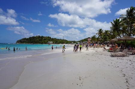 Pláž v zálive Long Bay na Antigue - jedna z najobľúbenejších pláží na ostrove