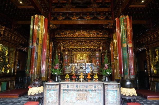 Hlavný oltár v chráme Longšan v Tchaj-peji