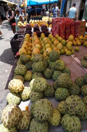 Čerstvé ovocie a zelenina na tržnici v São José