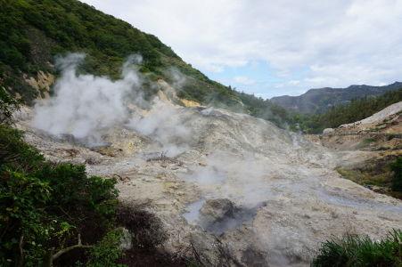 Bahenné jazierka a výpary síry a vody stúpajúce z útrob aktívnej sopky Soufrière