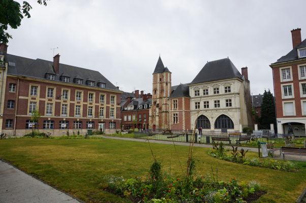 Námestie Julesa Bocqueta v Amiens (pred Justičným palácom) je taktiež celkom malebné so zaujímavými budovami