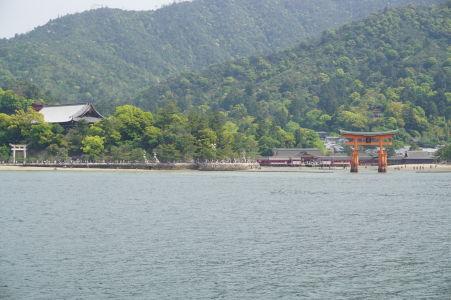 Plávajúca brána torii pri pohľade z trajektu prichádzajúceho na ostrov