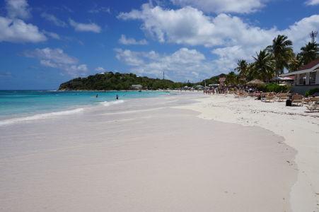 Pláž v zálive Long Bay na Antigue - dokonale modrá obloha a tyrkysové more i biela pláž