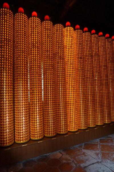 Stĺpy s tisíckami sošiek Budhov v chráme Longšan v Tchaj-peji