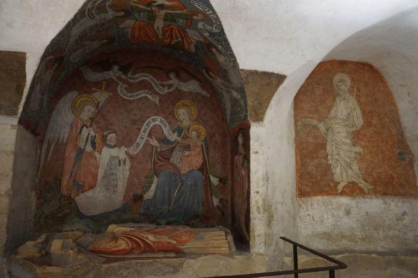 Podzemná krypta s pôvodnými maľbami Katedrály Matky Božej v Bayeux