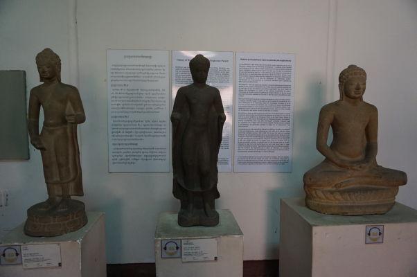 Veľmi staré sochy Budhu zo 6. storočia, teda ešte pred-angkorského obdobia - Národné múzeum v Phnom Penhu