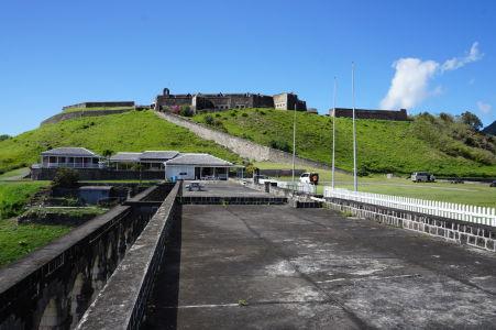 Pohľad na citadelu Fort George z ubytovní nižších dôstojníkov