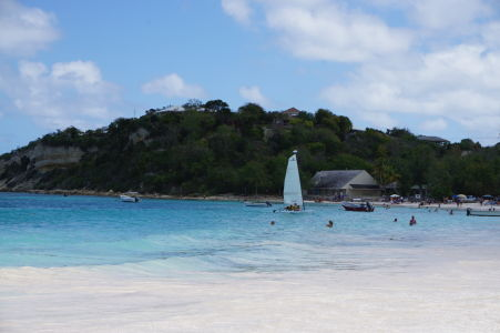 Pláž v zálive Long Bay na Antigue - môžete si tu vyskúšať i windsurfing
