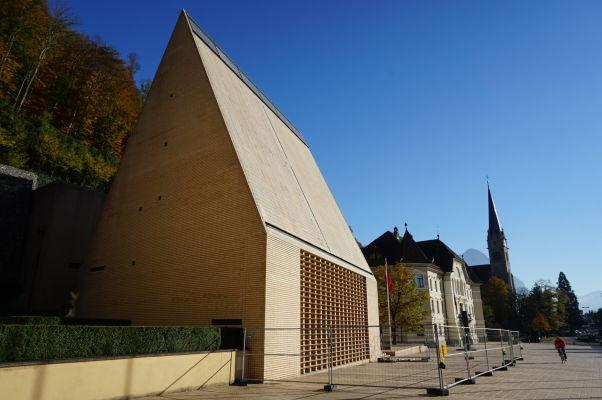 Lichtenštajnský parlament a Katedrála sv. Florina vo Vaduze