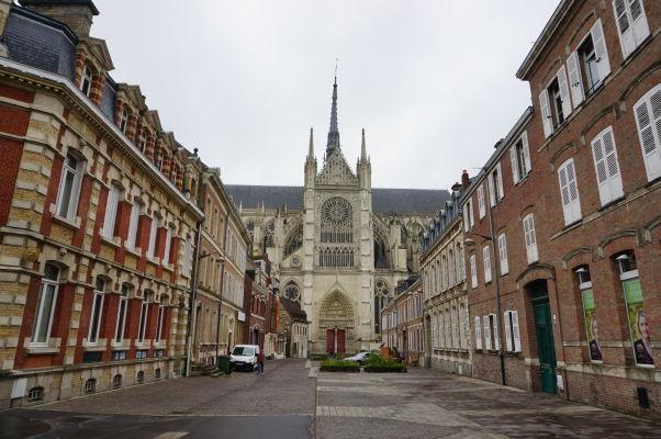 Katedrála Matky Božej v Amiens a jej bočná fasáda s vežou nad krížením lodí pri pohľade z ulice Rue Robert de Luzarches