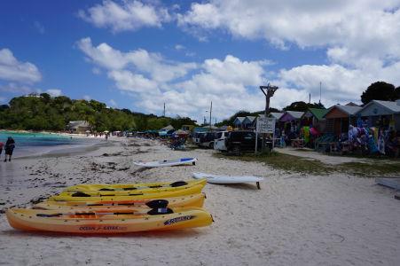 Pláž v zálive Long Bay na Antigue - na svoje si tu prídu i priaznivci vodných aktivít