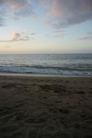 Pláž v zálive Stonehaven Bay pri západe Slnka