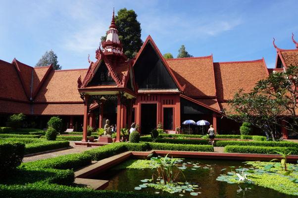Nádvorie Národného múzea v Phnom Penhu je úzkostlivo udržiavané